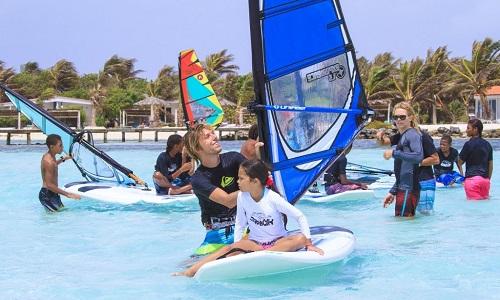Surfles voor kinderen vanaf 7 jaar bij Jibe City op Bonaire is superleuk!